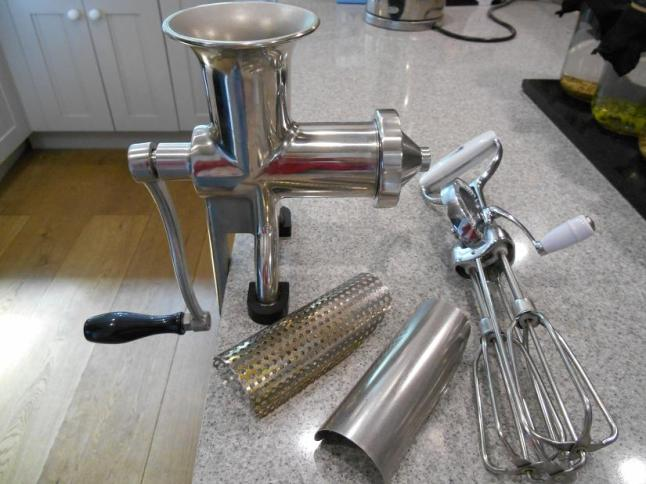 Hand-crank BL30 manual juicer with different screens and hand-crank whisk.