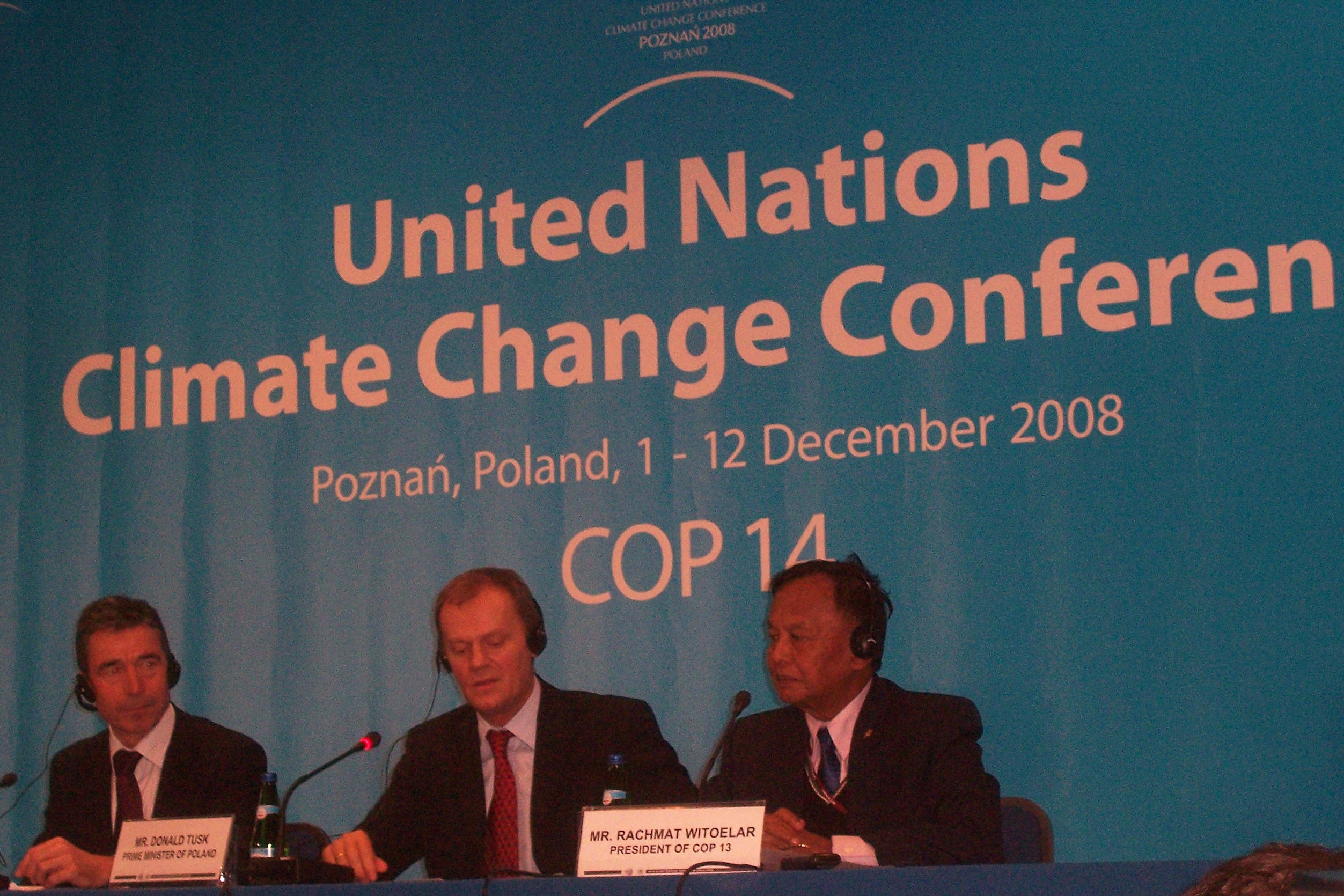COP14_-_Poznan_2008_UN_Climate_Change_Conference_-_-Troika-_Press_Conference_(Rasmussen,_Tusk,_Witoelar) (1)