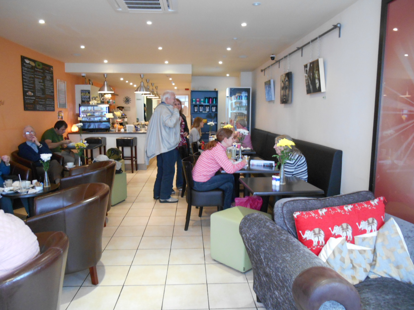 Gorgeous veg*n cafe - clean, bright, comfortable, friendly ...